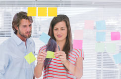 Colleagues pasting sticky note Royalty Free Stock Photos