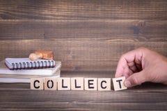 collect Hölzerne Buchstaben auf dem Schreibtisch lizenzfreie stockfotos