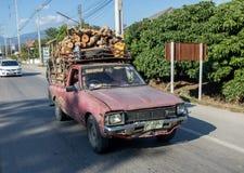 Collecte avec une charge du tour en bois sur la route chez la Thaïlande Photo stock