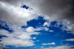 Collecte des nuages de tempête dans un ciel bleu photo stock