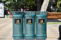 Collecte séparée de déchets à Batumi Différentes urnes sous le verre, papier, polyéthylène photographie stock
