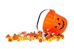 Collecteur de sucrerie de lanterne de Halloween Jack o avec renverser la sucrerie au-dessus du blanc photographie stock libre de droits