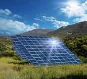 Collecteurs à énergie solaire de panneau reflétant le soleil Photographie stock libre de droits