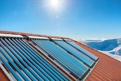 Collecteurs de vide - tubes solaires de chauffage d'eau images libres de droits