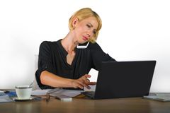 Collectief bedrijfsportret van jonge mooie en bezige vrouw met blondehaar die bij bureaulaptop computerbureau die aan m werken sp royalty-vrije stock afbeelding