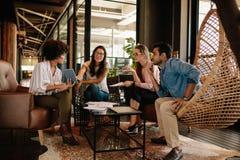 Collectief commercieel team die nieuwe ideeën bespreken royalty-vrije stock afbeelding