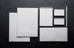 Collectief identiteitsmalplaatje, kantoorbehoeften op donkere grijze concrete textuur Spot omhoog voor brandmerkend, grafisch ont stock foto