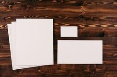 Collectief identiteitsmalplaatje, kantoorbehoeften op uitstekende bruine houten raad Stock Foto