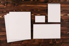 Collectief identiteitsmalplaatje, kantoorbehoeften op uitstekende bruine houten raad Spot omhoog voor brandmerkend, grafisch ontw Royalty-vrije Stock Afbeeldingen