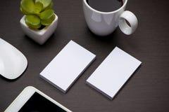 Collectief kantoorbehoeften brandmerkend model met adreskaartjespatie stock foto