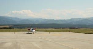 Collectief straalreis privé vliegtuig die op tarmac wachten stock videobeelden
