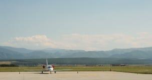 Collectief straalreis privé vliegtuig die op tarmac wachten stock video