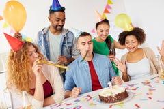 Collectief team die één jaarverjaardag vieren Stock Foto's