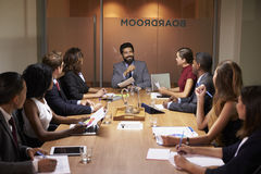 Collectieve bedrijfsmensen op een vergadering van de avondbestuurskamer Royalty-vrije Stock Afbeeldingen