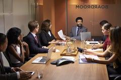 Collectieve bedrijfsmensen op een vergadering van de avondbestuurskamer Royalty-vrije Stock Fotografie