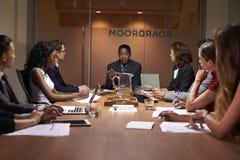 Collectieve bedrijfsmensen op een vergadering van de avondbestuurskamer royalty-vrije stock foto