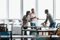 Collectieve bedrijfsportretten van echte commerciële teams Medewerkers die hun ideeën bespreken stock afbeeldingen