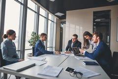 Collectieve bedrijfsteam en manager in een vergadering stock foto's