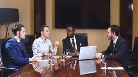 Collectieve bedrijfsteam en manager in een vergadering stock videobeelden