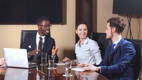 Collectieve bedrijfsteam en manager in een vergadering stock footage