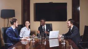 Collectieve commerciële teamvergadering in een modern open planbureau stock footage