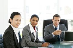 Collectieve commerciële vergadering - multi-etnisch groepsportret - globale onderhandelingen royalty-vrije stock afbeelding