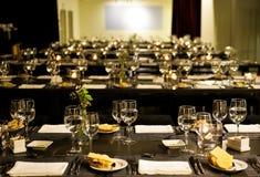 Collectieve Dinerpartij, Aangestoken Kaarsen, Witte Servetten, Graanbrood, Elegante Lijstreeks Royalty-vrije Stock Foto's