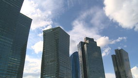 Collectieve gebouwen op blauwe bewolkte hemel Timelapse stock video