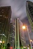 Collectieve hoge bureaugebouwen bij nacht Stock Afbeelding