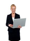 Collectieve laptop van de vrouwenholding Royalty-vrije Stock Foto's