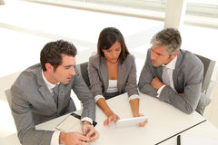 Collectieve mensen in vergaderingsruimte Stock Fotografie
