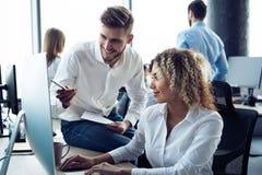 Collectieve team werkende collega's die in modern bureau werken stock foto