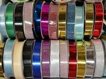 Collection colorée de variété de petit pain de ruban, idée pour l'emballage cadeau pour le jour spécial Photos libres de droits