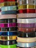 Collection colorée de variété de petit pain de ruban, idée pour l'emballage cadeau pour le jour spécial, côté vertical Images stock