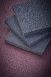 Collection d'éponges de ponçage sur des outils d'abrasif de papier d'émeris Photo libre de droits