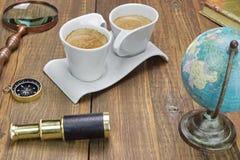 Collection d'articles de voyage et d'aventure sur le Tableau en bois grunge Photo libre de droits
