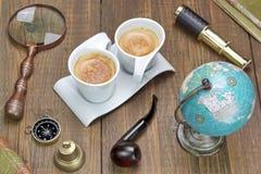 Collection d'articles de voyage et d'aventure sur le Tableau en bois grunge Photographie stock