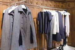 Collection d'Autumn Winter dans un magasin de la mode des femmes Images libres de droits