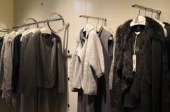 Collection d'Autumn Winter dans un magasin de la mode des femmes Photographie stock