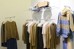 Collection d'Autumn Winter dans un magasin de la mode des femmes Photo stock