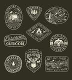 Collection d'aventure tirée par la main, de camping, de nature, d'emblèmes de voyage et de corrections illustration stock