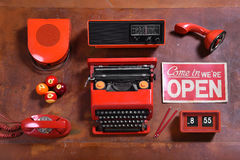 Collection d'objets rouges de vintage sur le bureau en bois Photos stock