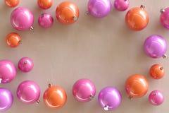 Collection de babioles colorées de Noël images stock