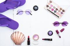 Collection de beauté de cosmétique et d'accessoire de maquillage avec les lunettes de soleil à la mode Photo stock