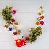 Collection de boîtes de cadeau de Noël sur un fond blanc clair photo stock