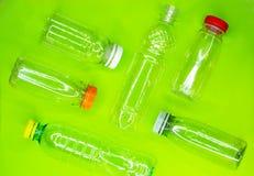 Collection de bouteilles en plastique utilisées vides sur le fond vert Réutilisation du concept de déchets Vue sup?rieure photo libre de droits