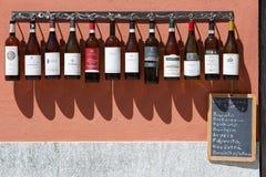 Collection de bouteilles de vin de Piémont devant l'établissement vinicole, Barolo, Italie photo stock