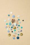 Collection de boutons d'habillement de diverses formes et tailles Photographie stock