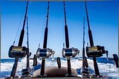 Collection de cannes à pêche dans un bateau chez les Caraïbe Image stock