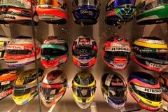 Collection de casques d'autres pilotes avec qui Fernando Alonso photographie stock libre de droits